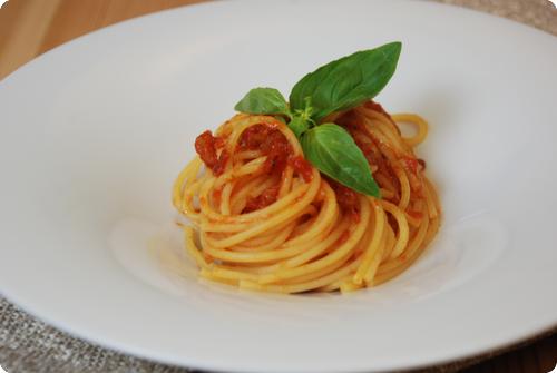 spaghetti mit tomatensauce chuchitisch. Black Bedroom Furniture Sets. Home Design Ideas