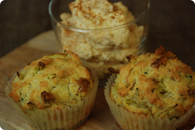 "<a href=""/recipes/572""><img alt=""Titelsschrift"" src=""/system/rectitles/CAPS_Käse-Lauch-Muffins.png?1390480155"" /><img alt=""Titelsschrift"" src=""/system/rectitles/mit.png?1261750185"" /><img alt=""Titelsschrift"" src=""/system/rectitles/Frischkäsecrème.png?1390480155"" /></a>"
